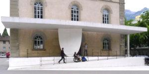 Rampe Stadthaus Chur mit Rollstuhlfahrer und Fussgänger