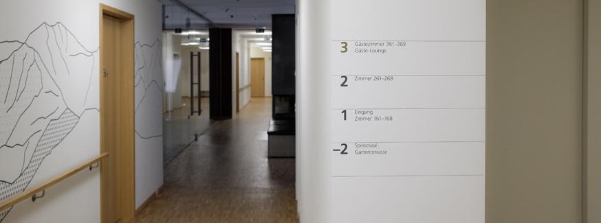 Korridor mit Handlauf und Beschriftung