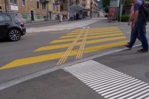passage pour piétons en biais avec lignes de guidage
