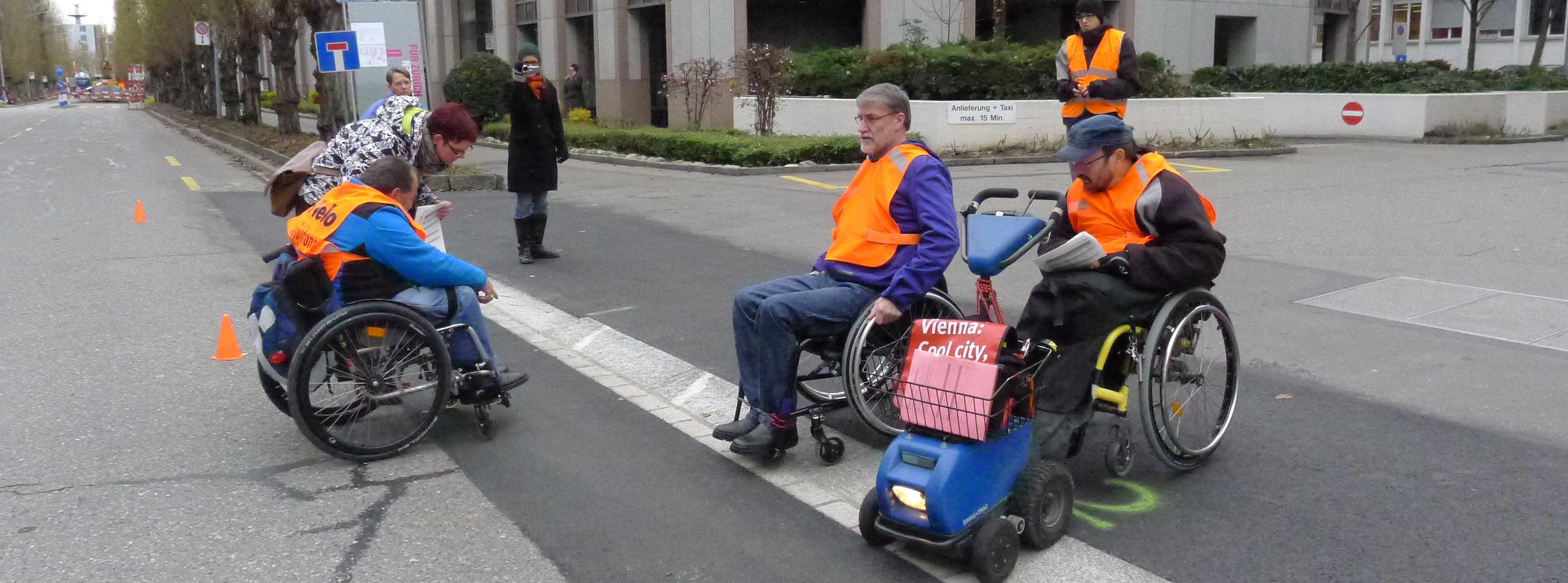 Test mit Rollstuhlfahrern an der Förrlibuckstrasse