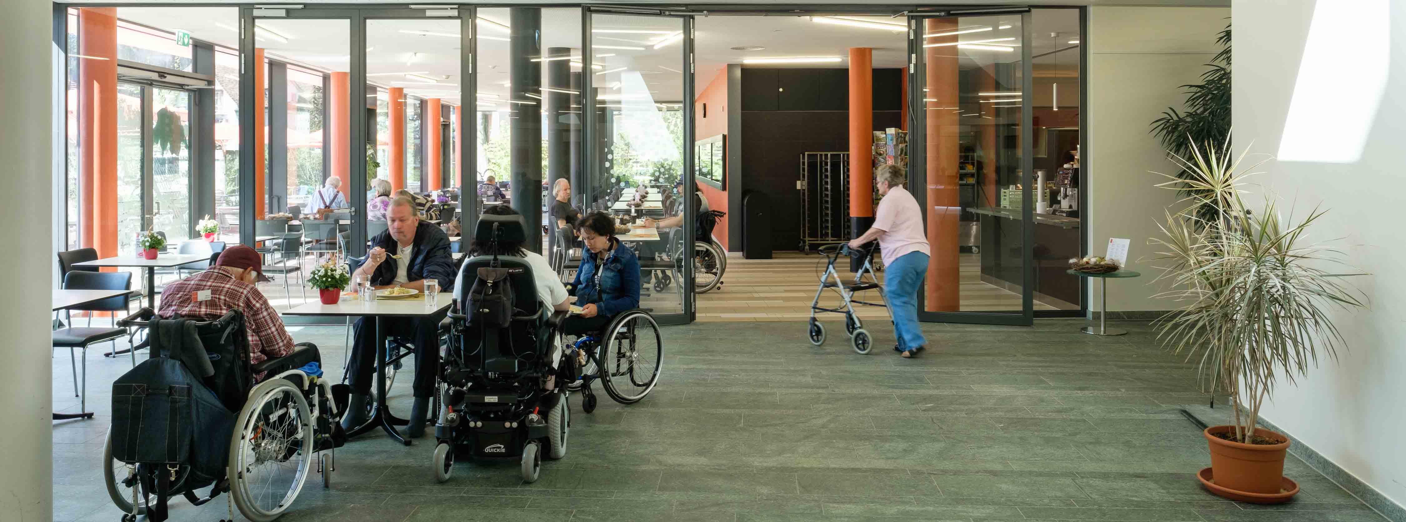 Speisesaal mit Rollstuhl- und Rollatornutzern