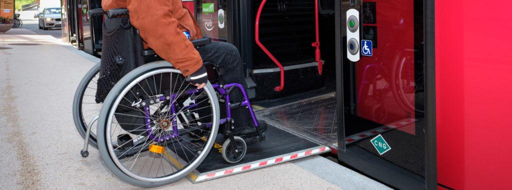 Rollstuhl auf Klapprampe bei fast ebener Einfahrt