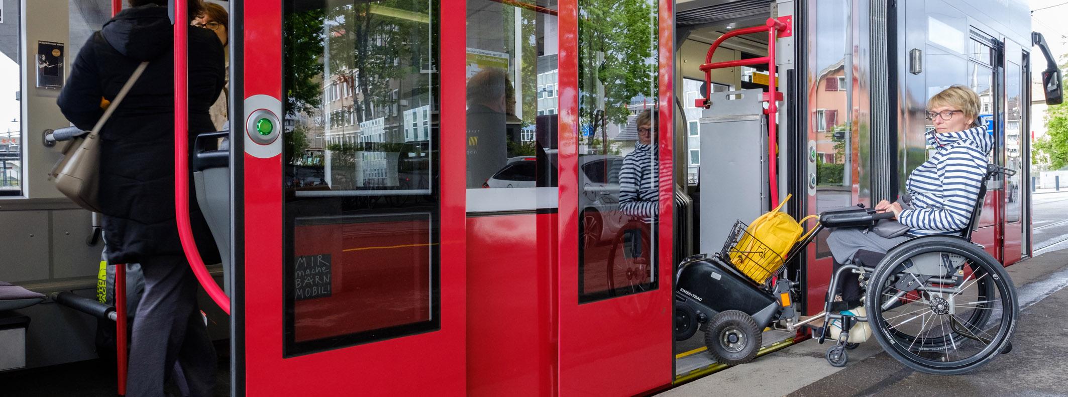 Rollstuhlfahrerin beim Eistieg ins Tram