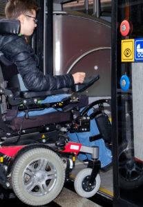 Elektrorollstuhl beim Einstieg in den Bus